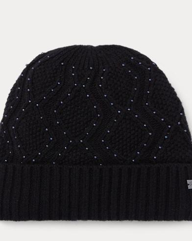 Mütze mit Zopfmuster und Perlen